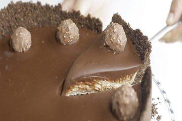 Las recetas de Tastemade siempre nos encantan porque llevan los ingredientes preferidos por todos nosotros, como el Ferrero Rocher. Esta video-receta te da los pasos para preparar un cheesecake de Ferrero Rocher para compartir con amigos y deleitar a todos.